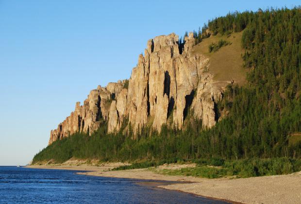 Οι βράχοι Λένα στον ποταμό Σίνιαγια («Μπλε») της Γιακουτίας. Οι βραχώδεις ακτές που συνθέτουν αυτούς τους «πυλώνες» εκτείνονται σε δεκάδες χιλιόμετρα. Φθάνουν τα 100 μέτρα σε ύψος και δημιουργούν μια απίστευτη εικόνα. Σχηματίστηκαν από ασβεστόλιθο που δημιουργήθηκε πριν από περίπου 550 εκατομμύρια χρόνια, ενώ οι ίδιοι οι βράχοι είναι νεότεροι, η ηλικία τους φτάνει μόλις τα 400.000 χρόνια. Φωτο:Lori / Legion Media