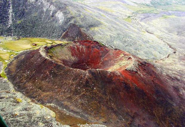 Το ανενεργό ηφαίστειο Ανιούϊσκι βρίσκεται σε μια ακατοίκητη περιοχή της Τσουκότκα , κοντά στον ποταμό Μόνι. Σύμφωνα με τα γεωλογικά δεδομένα, η τελευταία έκρηξη του Ανιούϊσκι σημειώθηκε πριν από περίπου 500 χρόνια, ενώ τίποτα δεν δείχνει ότι το ηφαίστειο μπορεί σύντομα να ενεργοποιηθεί. Είναι το μόνο ηφαίστειο στη Ρωσία με ορθάνοικτες τις διόδους της λάβας σε μήκος 55 χιλιομέτρων. Φωτο:Lori / Legion Media