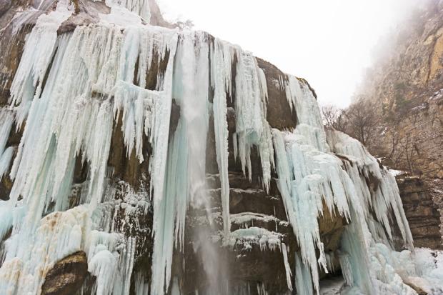 Οι καταρράκτες Τσεγκέμ βρίσκονται επίσης στην Καμπαρντίνο-Μπαλκαρία, στη δεξιά όχθη του ποταμούΤσεγκέμ. Τα νερά αναδύονται μέσα από τα βράχια και τις πολυάριθμες ρωγμές, και οι καταρράκτες ύψους 50-60μέτρων πέφτουν στον Τσεγκέμ, σχηματίζοντας σειρά από ουράνια τόξα. Το χειμώνα, οι καταρράκτες εν μέρει παγώνουν, και μετατρέπονται σε παγωμένους πυλώνες που θυμίζουν σωλήνες εκκλησιαστικού οργάνου. Φωτο:Lori / Legion Media