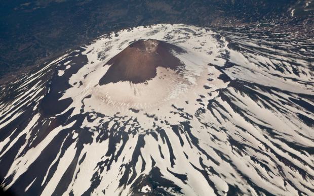 Το ηφαίστειο Τιάτια είναι το ψηλότερο στο νησί Κουνασίρ. Λέγεται πως το Τιάτια είναι επικίνδυνο για τα αεροσκάφη, καθώς δεν αποβάλλει τοξικά αέρια μόνο από την κορυφή, αλλά κι από τις πλαγιές του. Πιθανόν αυτά τα αέρια να ευθύνονται για διάφορες συντριβές ελικοπτέρων που έχουν συμβεί εδώ. Η διαδρομή προς το ηφαίστειο είναι μακρά και δύσκολη. Με καλό καιρό, απαιτούνται τουλάχιστον τρείς ημέρες για να φτάσει κανείς εδώ. Φωτο:Lori / Legion Media