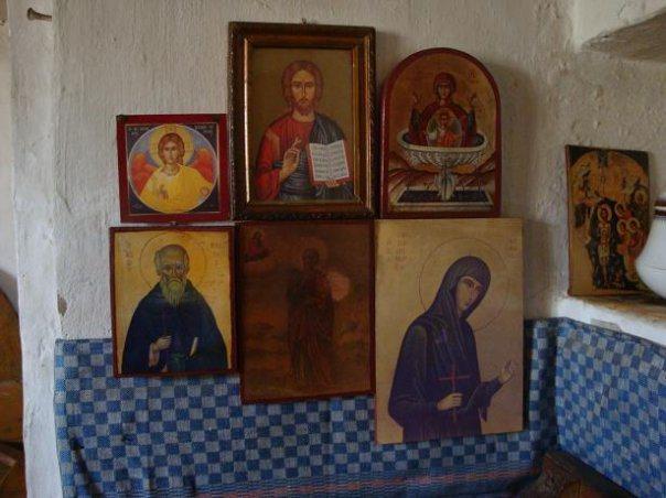 Οι Εικόνες δίπλα στο στασίδι του Αγίου Γέροντα Παΐσιου στην Παναγούδα.