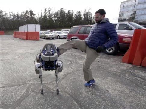 Ο Σποτ, το ρομποτικό σκυλί που όχι μόνο έχει την ικανότητα να κινείται με άνεση σε διαφορετικούς τύπους εδάφους, αλλά επιπλέον μπορεί να κρατάει την ισορροπία του ακόμη και σε περίπτωση που κάποιος το κλωτσήσει με βία, όπως στην φωτογραφία