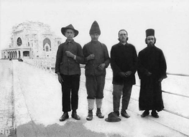 Ο γέροντας Διονύσιος είναι ο πρώτος από τα αριστερά, ενώ στα δεξιά βρίσκεται κατά σάρκα αδελφός του, ο γέροντας Γυμνάσιος.
