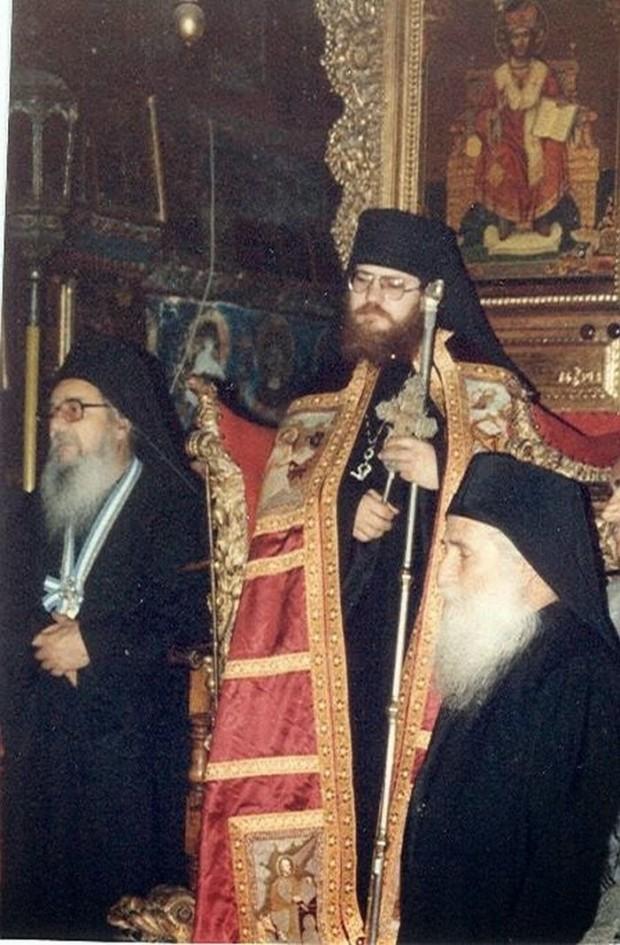 Κυριακή των Μυροφόρων (Απρίλιος 1990). Ημέρα της ενθρονίσεως του Καθηγουμένου Εφραίμ. Μαζί του διακρίνονται ο μακαριστός Γέροντάς του Ιωσήφ και ο τότε Πρωτεπιστάτης του Αγίου Όρους (μακαριστός) Θεόκλητος Διονυσιάτης.
