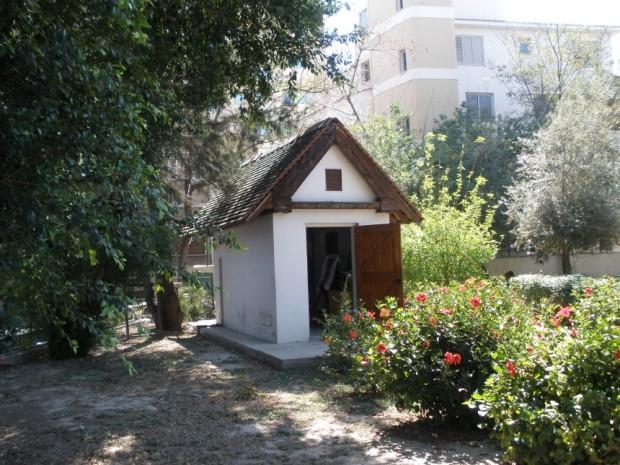 Ο μοναδικός ναός που αφιερωμένος στον Άγιο Τριφύλλιο πρώτο Επίσκοπο της Λευκωσίας στην αυλή του Δημοτικού Σχολείου Ελένειον