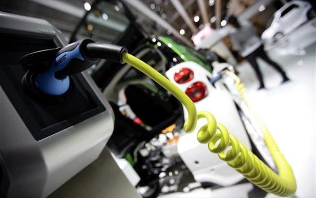 REUTERS/KAI PFAFFENBACH Αν και τα ηλεκτρικά αυτοκίνητα αποτελούν λιγότερο από το 1% του παγκόσμιου στόλου οχημάτων, η βιομηχανία αναπτύσσεται περίπου δέκα φορές πιο γρήγορα από ό,τι η παραδοσιακή βιομηχανία αυτοκινήτων.