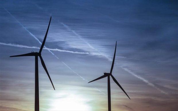 EPA/OLIVIER HOSLET Στο τέλος του 2015, σύμφωνα με τα επίσημα κυβερνητικά στοιχεία, η αιολική ενέργεια αντιπροσώπευε το 4,7% της παραγωγής ηλεκτρικής ενέργειας στις Ηνωμένες Πολιτείες, πίσω από τον άνθρακα με 33%, το φυσικό αέριο επίσης με 33%, την πυρηνική ενέργεια με 20% και την υδροηλεκτρική ενέργεια με 6%.