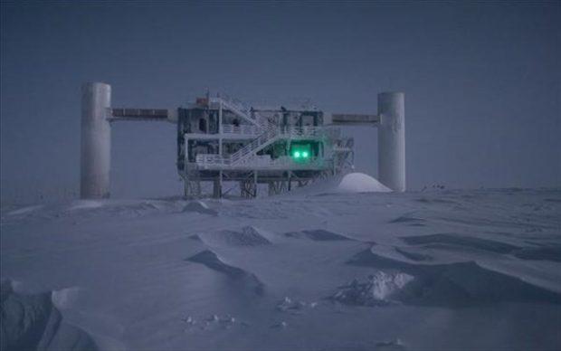 Reuters/Courtesy of IceCube Neutrino Observatory Τα σωματίδια υψηλών ενεργειών, που παράγονται από τις κοσμικές ακτίνες και «βομβαρδίζουν» τη γήινη ατμόσφαιρα, μπορούν να ανιχνευθούν στον Νότιο Πόλο.