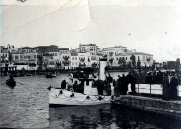 Το καραβάκι με τη σορό του Βενιζέλου στο λιμάνι των Χανίων