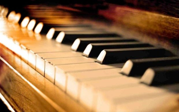 treis-spoudaioi-solist-se-ena-resital-pianou