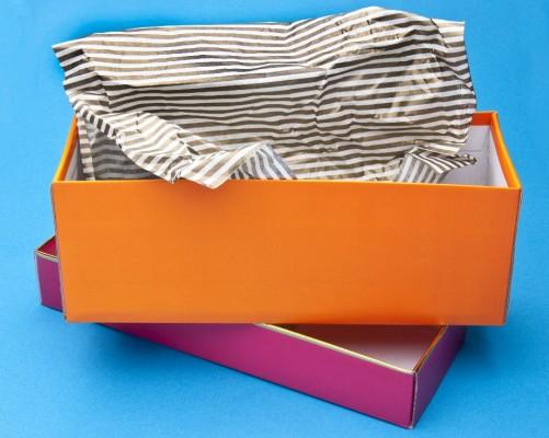 Βάλτε τα παπούτσια σε ξεχωριστά κουτιά και τοποθετήστε τα το ένα πάνω στο άλλο.